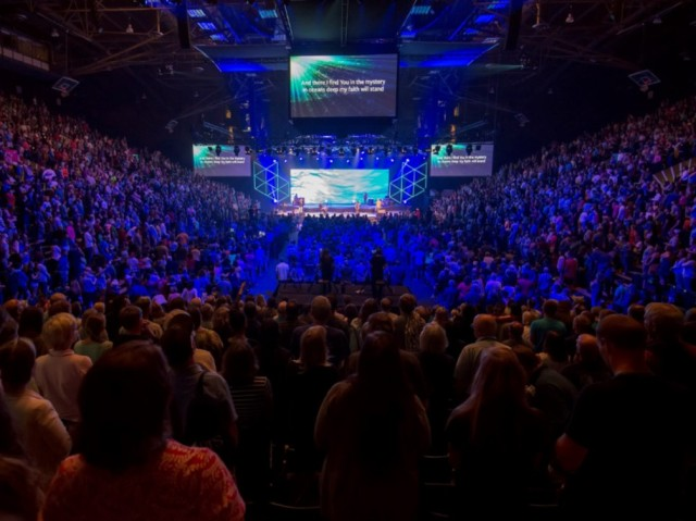 Cru staff members gather in worship during Cru15.